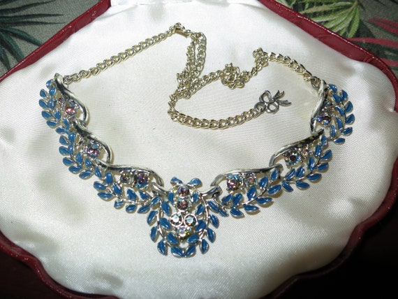 Lovely vintage silvertone clear and blue rhinestone necklace