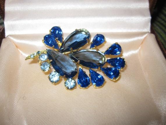Beautiful vintage goldtone blue glass floral brooch
