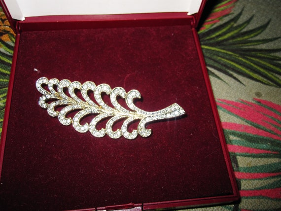 Lovely vintage Nouveau style goldtone glass diamante curled leaf brooch