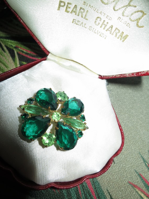 Beautiful vintage gold metal green glass brooch