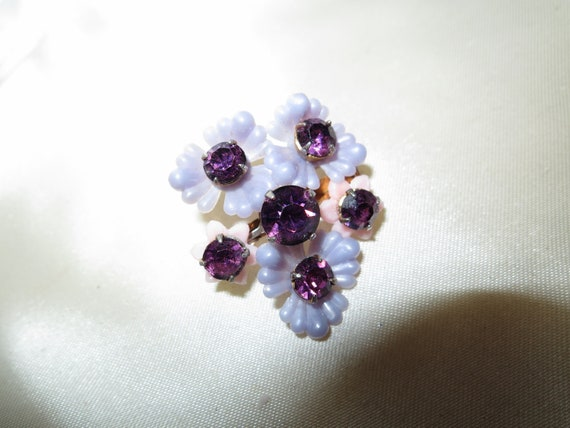 Lovely vintage gold metal lilac lucite flower purple rhinestone brooch
