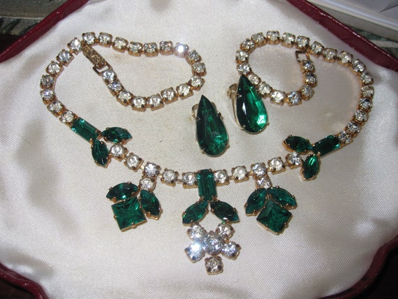 Lovely vintage 1950s  clear and emerald glass necklace and clip on earrings