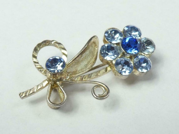 Beautiful vintage silvertone blue rhinestone flower brooch