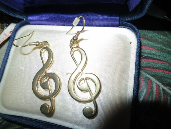 Beautiful vintage goldtone musical note dropper earrings