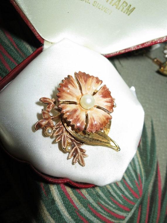 Lovely vintage goldtone enamel seed pearl flower brooch
