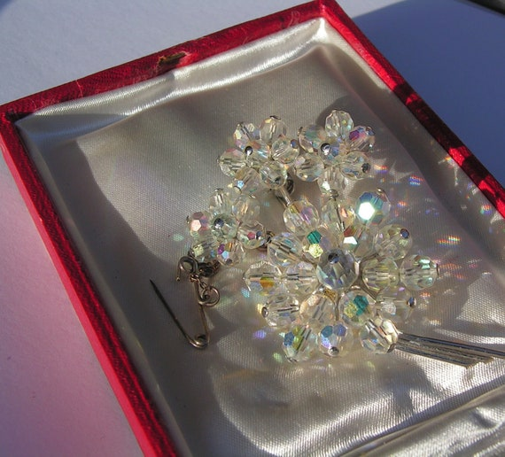 Beautiful vintage silvertone aurora borealis glass flower brooch with safety chain