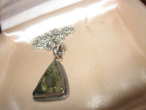 Lovely vintage silvertone green plant fossilized pendant necklace