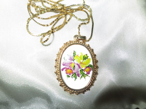 Wonderful Vintage pendant necklace with a floral pearlised drop Attractive chain
