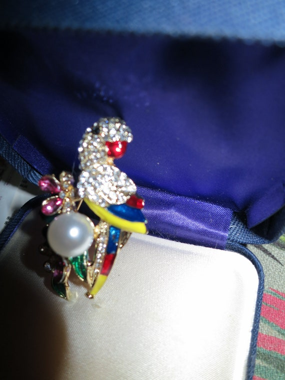 Gorgeous sparkly goldtone colourful enamel fx pearl  parrot bird brooch