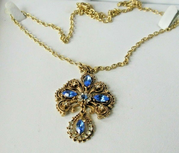 Beautiful vintage   Gold Tone Blue & Clear Rhinestone Pendant Necklace