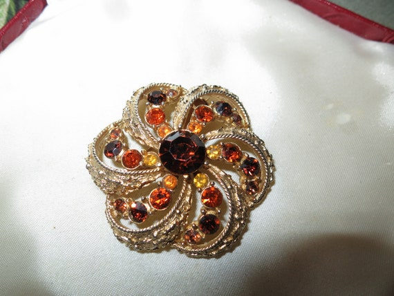 Beautiful   vintage goldtone amber and topaz  rhinestone brooch