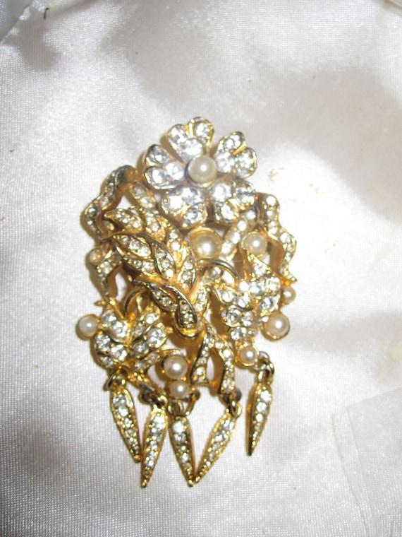 Wonderful vintage goldtone diamante fx pearl dangle brooch