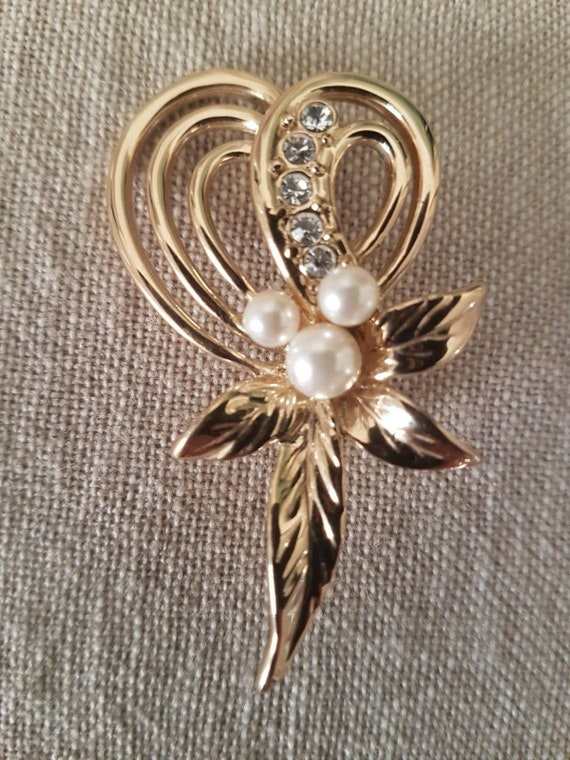 Lovely vintage gold tone brooch with fx pearls