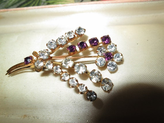Lovely vintage 1950s goldtone clear and purple rhinestone flower brooch