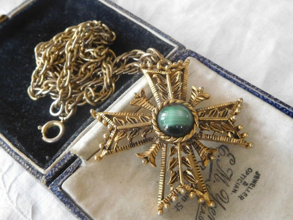 Lovely vintage goldtone Maltese cross necklace with green agate stone