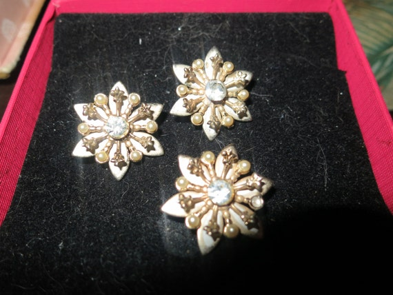 4 Lovely vintage goldtone Art Deco styled rhinestone scatter brooches