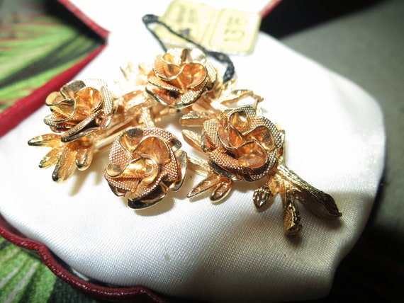 Wonderful vintage Jewelcraft tagged unworn gold plated roses brooch
