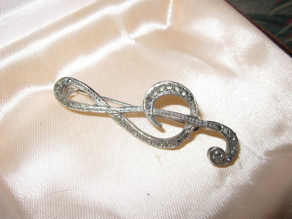 Lovely vintage silvertone marcasite treble clef musical note brooch