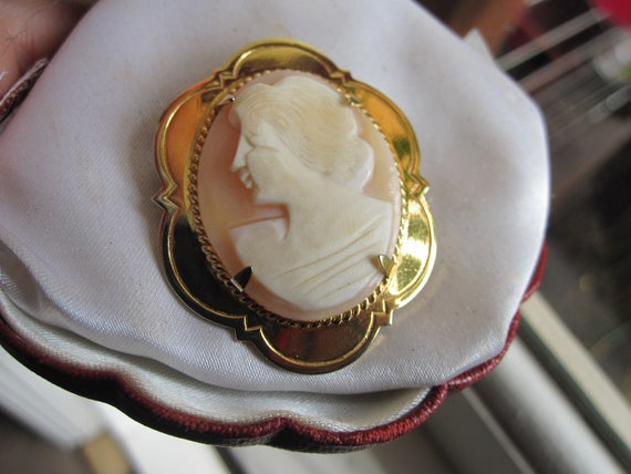 Delightful  vintage stamped gold plated carved shell cameo brooch
