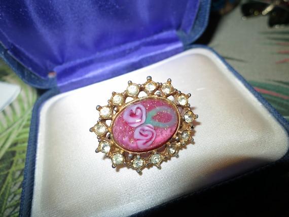 Lovely vintage Oval Goldtone Venetian Pink Glitter Rose Design Glass Cabochon brooch