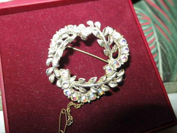 Beautiful vintage silvertone rainbow aurora borealis wreath brooch safety chain
