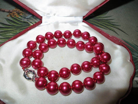 Attractive 12mm knotted magenta burgundy seashell pearl  necklace 18 inches