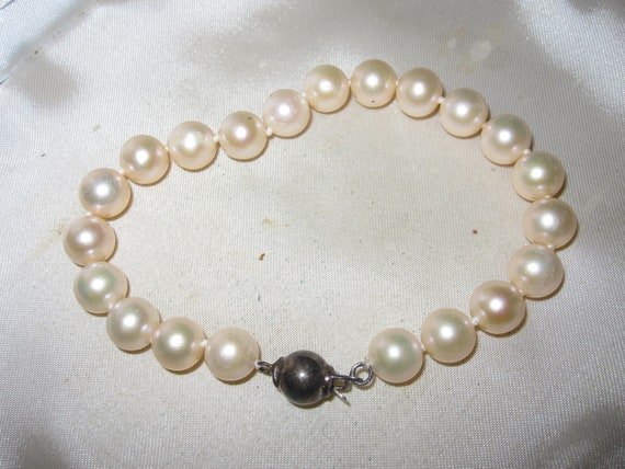 Lovely cream knotted  cultured pearl bracelet 7.5 inches