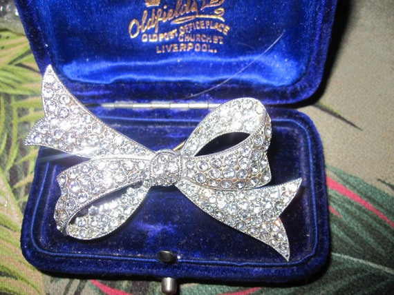 Beautiful Vintage Deco silvertone bow brooch with sparkly glass diamantes