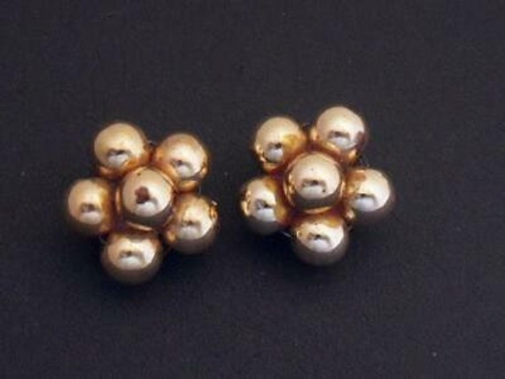 Pretty vintage Small Goldtone Beaded Cluster earrings - Clip-ons