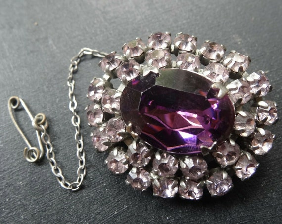 Lovely vintage 1950s silvertone purple glass brooch with safety chain