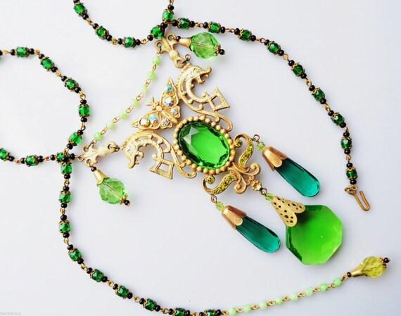 Lovely vintage 1930s Nouveau Czech green glass butterfly dropper necklace