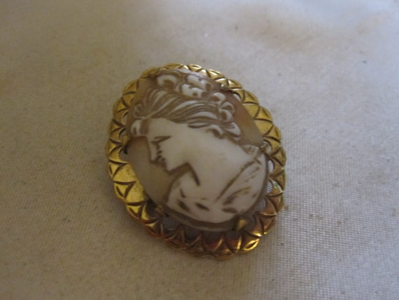 Delightful  vintage rolled gold carved shell  cameo brooch
