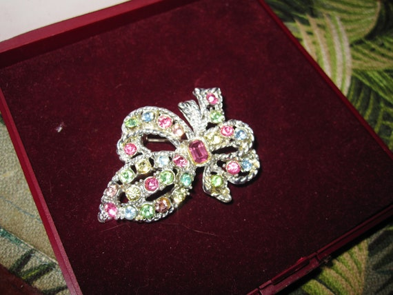 Lovely vintage silvertone glass diamante floral   brooch
