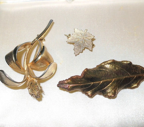 A vintage lot of 3 goldtone rolled gold brooches