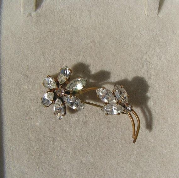 Lovely vintage goldtone sparkly flower diamante brooch