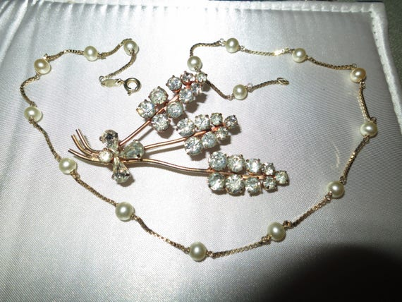 Lovely 1950s vintage goldtone diamante flower brooch and fx pearl necklace