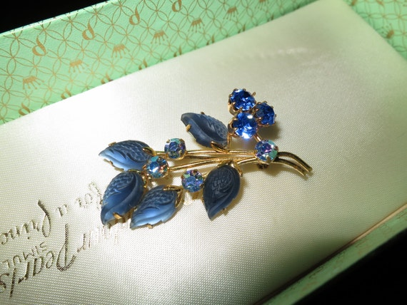 Lovely vintage Goldtone Blue  Glass & Blue Aurora Borealis Crystal Floral brooch