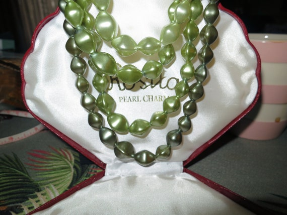 Vintage 4 row shaded green faux pearl bead glamour necklace 1950s