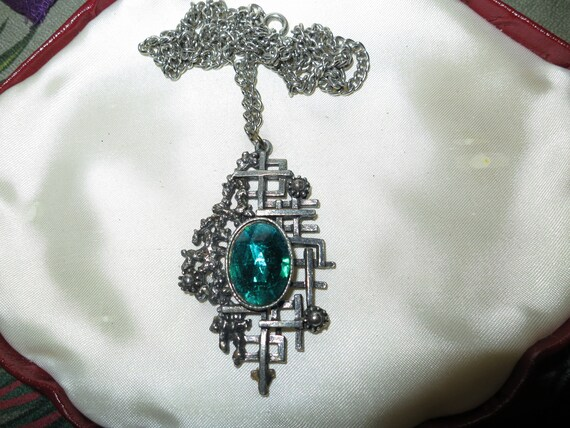 Beautiful vintage Scottish silvertone emerald glass pendant necklace