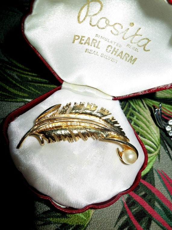 Lovely Vintage gold metal larged curved feather brooch with fx pearl