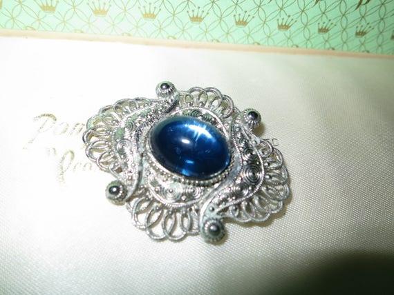 Very lovely vintage silvertone filigree blue glass cabochon brooch