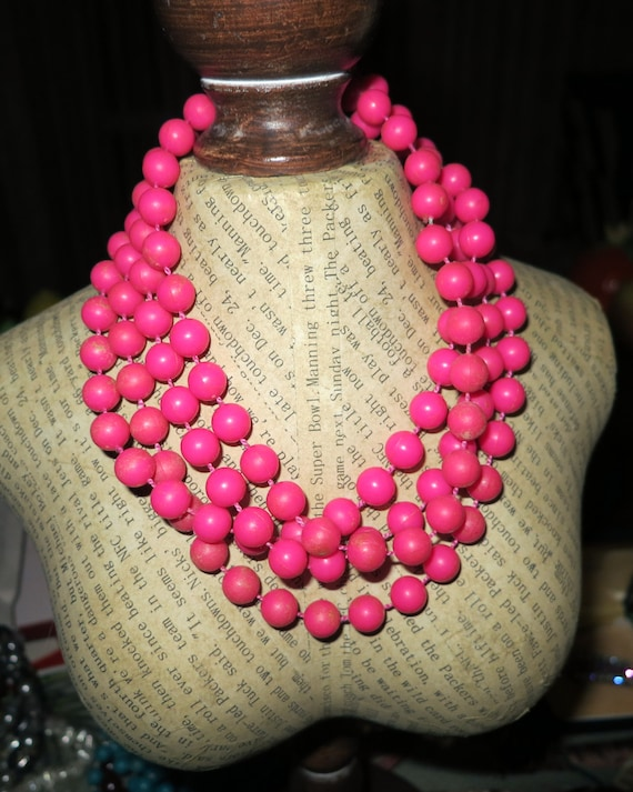 Lovely 1960s early plastic pink knotted flapper necklace