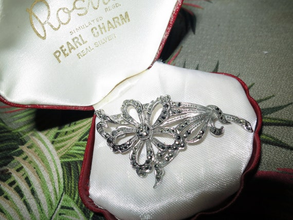 Lovely vintage silvertone marcasite flower brooch