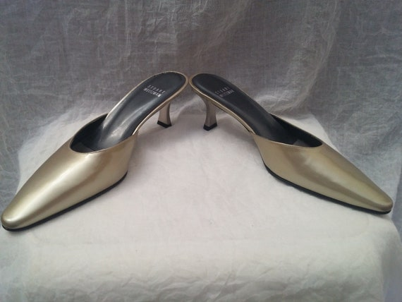 Gorgeous Stuart Weitzman gold champagne patent leather kitten heel mules 6M