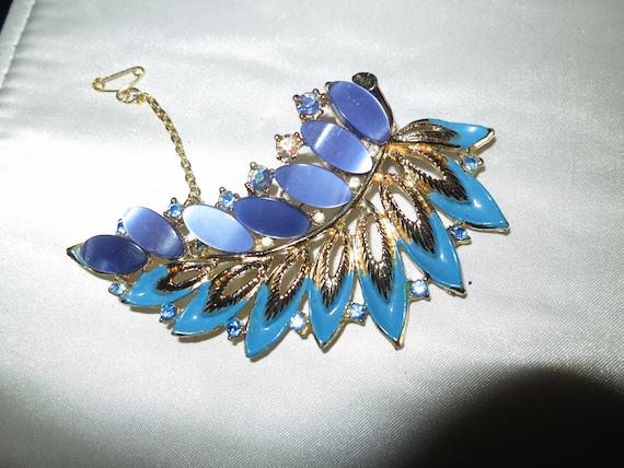 Beautiful vintage goldtone blue enamel rhinestone brooch safety chain