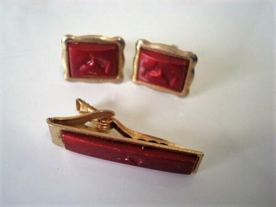 Vintage  Gold Tone Burgundy Thermoset Plastic Cuff Links Tie Clip With Horse Head