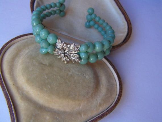 Lovely vintage Deco turquoise lucite beaded bangle with diamante centre