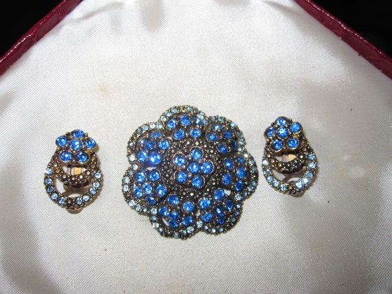 Beautiful Vintage goldtone blue rhinestone brooch and clip on earrings