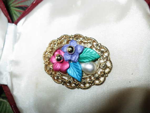 Beautiful vintage goldtone fx pearl floral style brooch