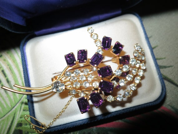 Beautiful 1950s sparkly amethyst purple glass  brooch with safety chain